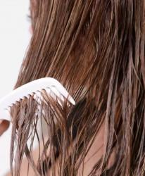 Chị em hãy tránh 3 thói quen không tốt khi chải tóc